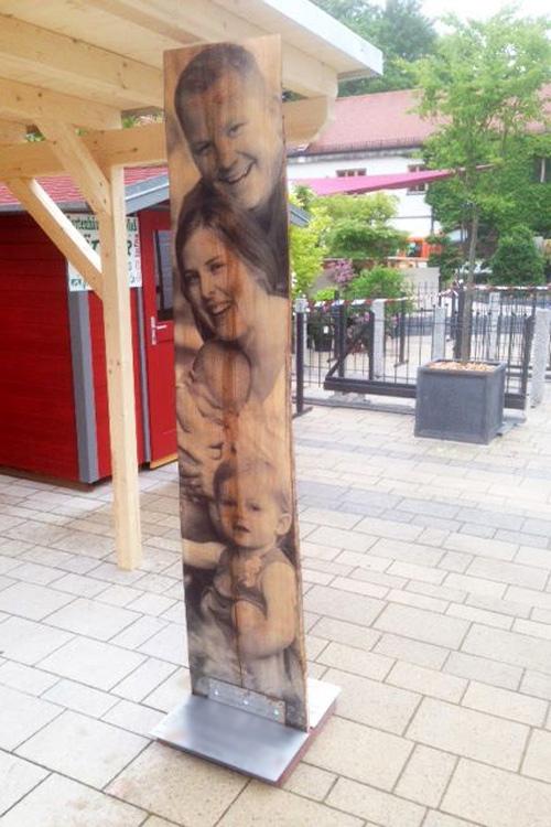 Bedruckte Holzsäule mit natürlicher Holzmaserung