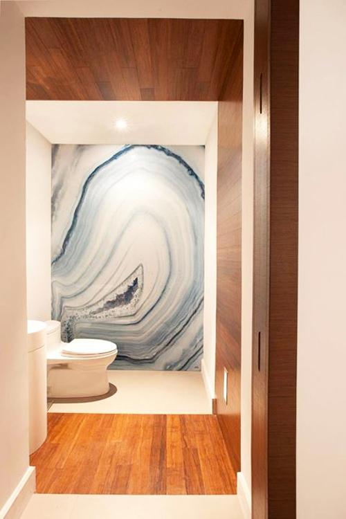 Badezimmer mit modernem, grossformatigem Druckmotiv