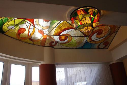 Deckenkunst mit Glasbeleuchtung