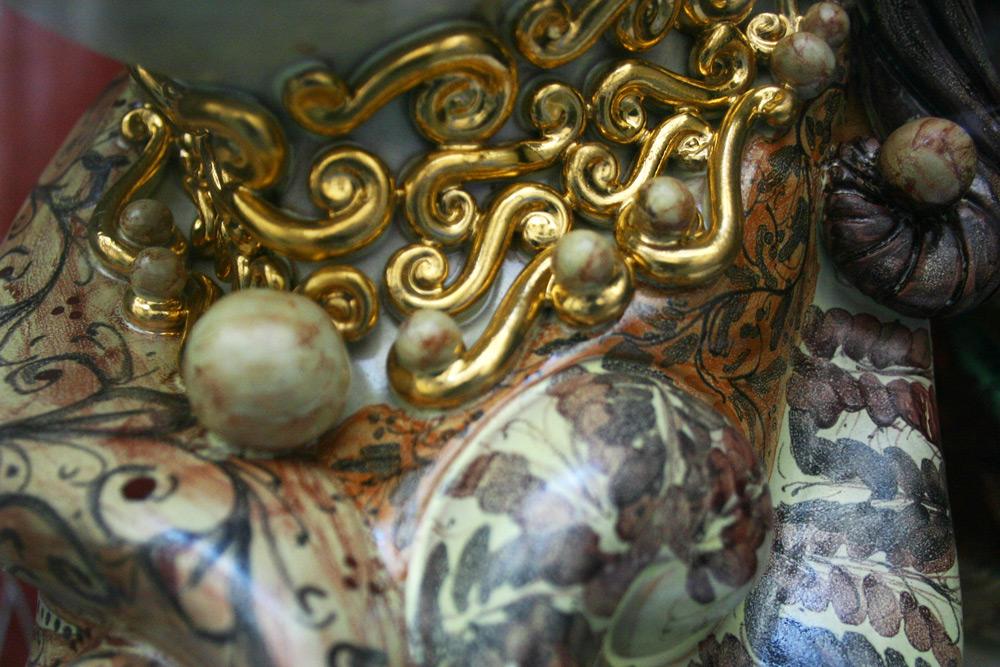 Keramikobjekte mit Vergolderarbeiten