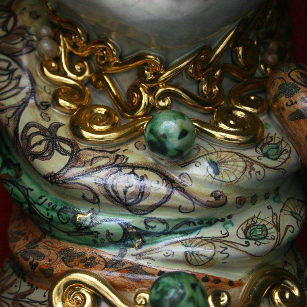 Detailaufnahme der Keramikarbeit mit Gold